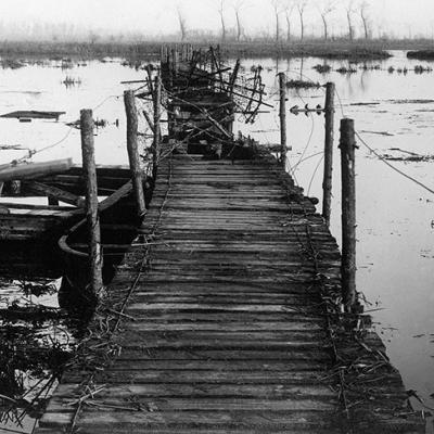 Fußbrücke über die geflutete Flache von der Yzer