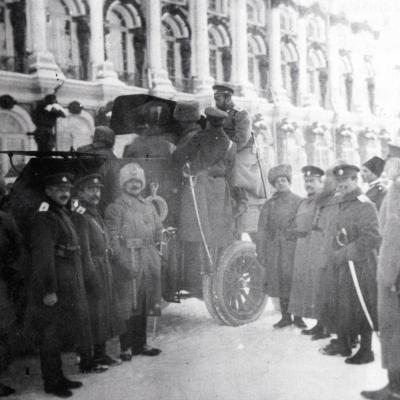Tsaar Nicolaas II inspecteert het korps in Tsarskoje Selo.