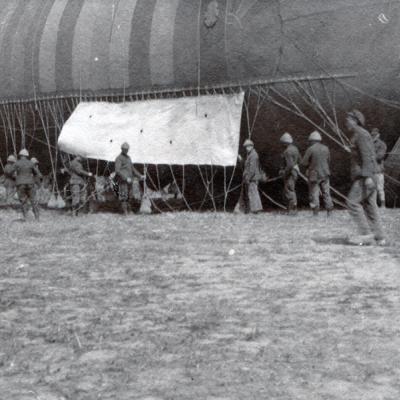 Klaarmaken van een observatieballon.