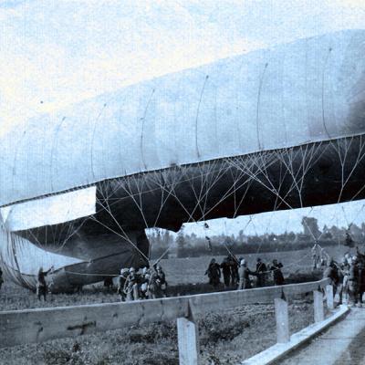 Een observatieballon wordt in positie gebracht.