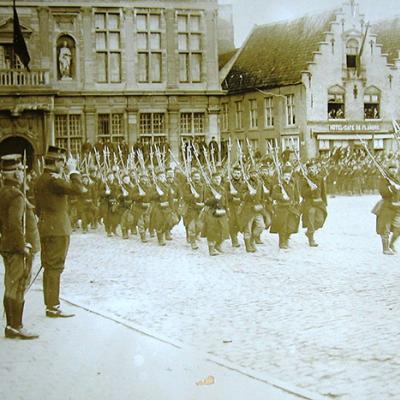 König Albert I während eine Parade vom 7 Linie Regiment in Veurne