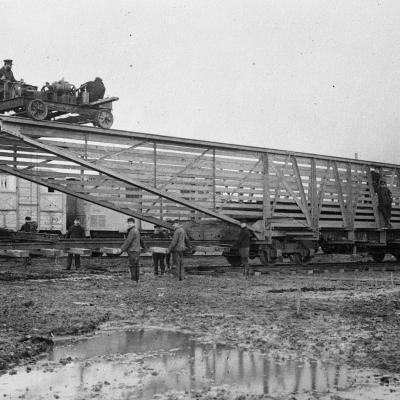 Voorgemonteerde stukken voor de aanleg van spoorlijnen nabij Veurne, 1916