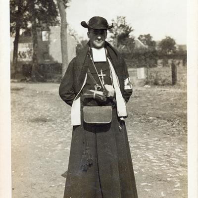 Priester-ambulancier in zijn priestergewaad