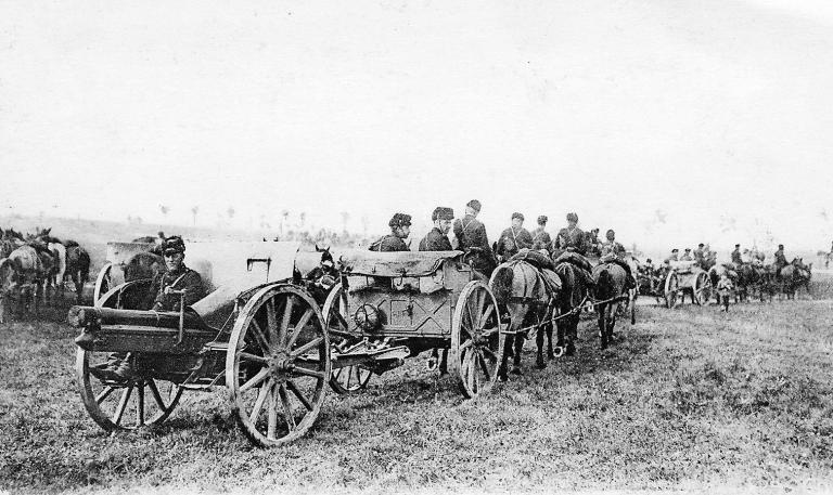 Batterie de canons de 75 mm TR en mouvement, 1914